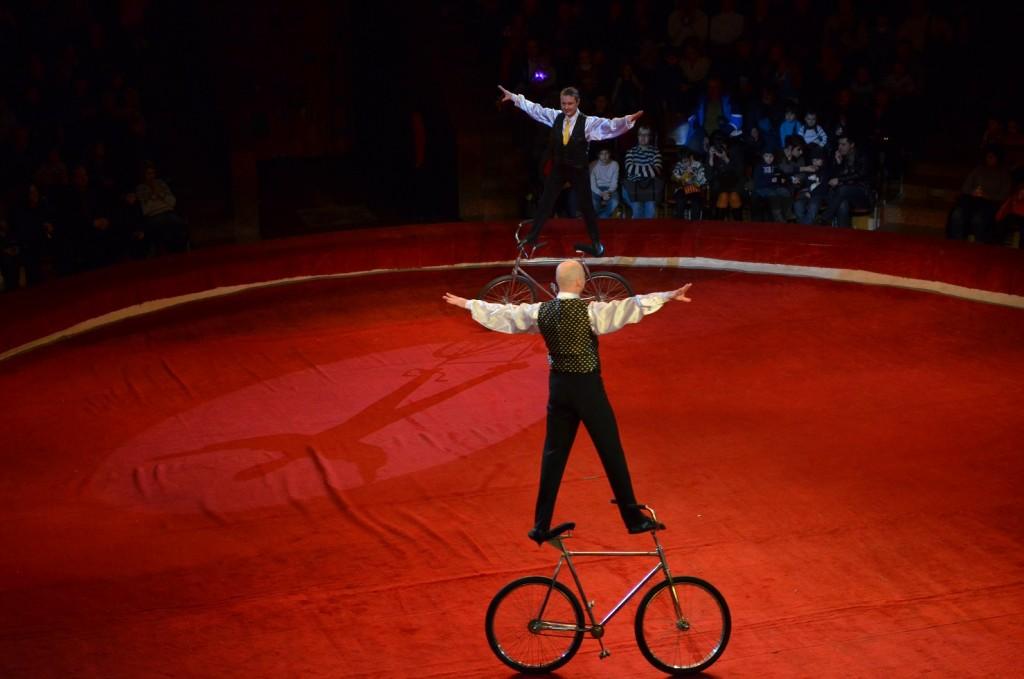Акробати на моноциклі. Цирк нашого дитинства.Фото tato.org.ua